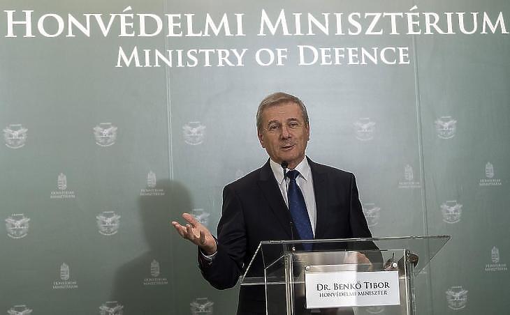 Benkő Tibor honvédelmi miniszter, az akciócsoport vezetője (Fotó: MTI)
