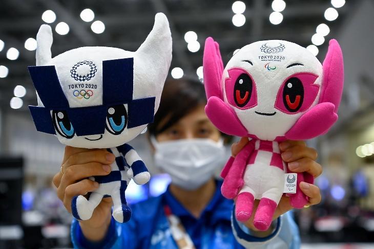 Miraitova (b), a tokiói olimpia és Szomeiti, a paralimpia kabalfigurája az olimpiai médiaközpontban. A világméretű koronavírus-járvány miatt 2021-re halasztott 2020-as tokiói nyári olimpia július 23-án kezdődik. MTI/Czeglédi Zsolt