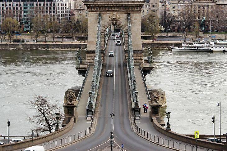 A gyalogosoknak már tavaszól kerülniük kell (fotó: MTI)