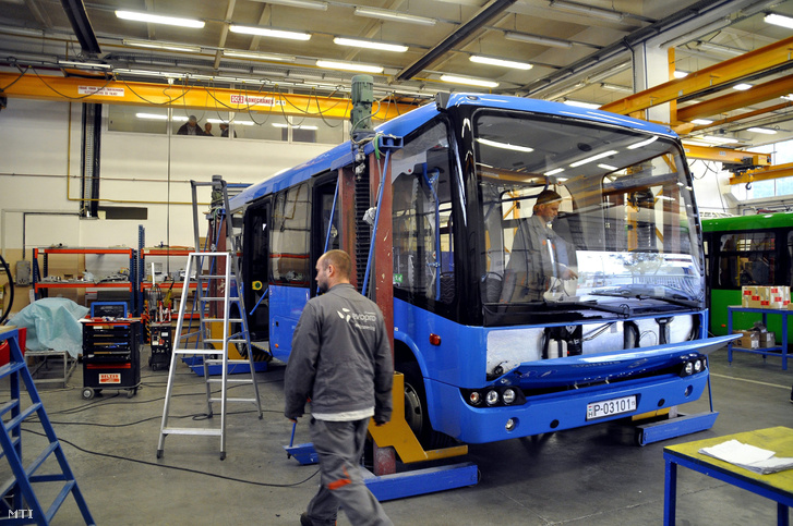 Modulo busz a műhelyben. (MTI)