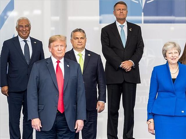 Donald Trump, Theresa May és Orbán Viktor a NATO kétnapos brüsszeli csúcsértekezletének első napján. (MTI Fotó: Miniszterelnöki Sajtóiroda / Botár Gergely)