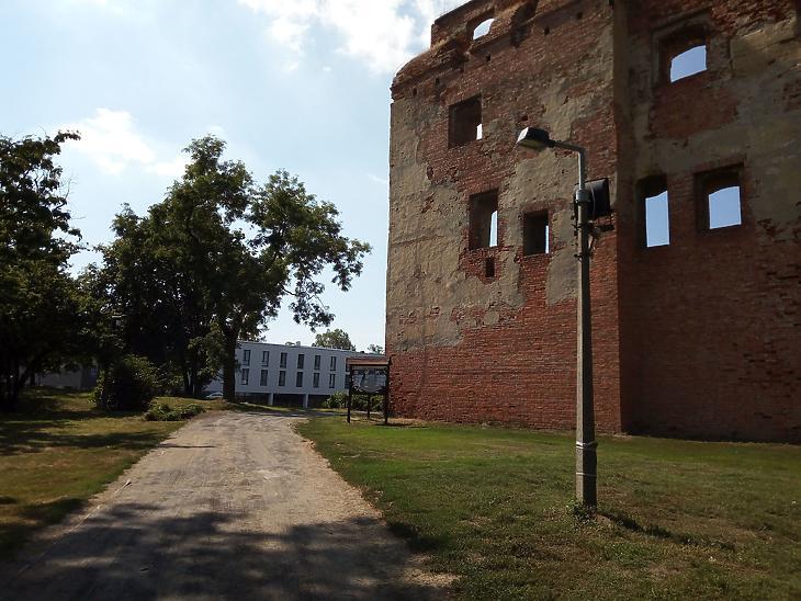 A vár és mellette a sportszálló (Fotó: Székely Sarolta, mfor.hu)