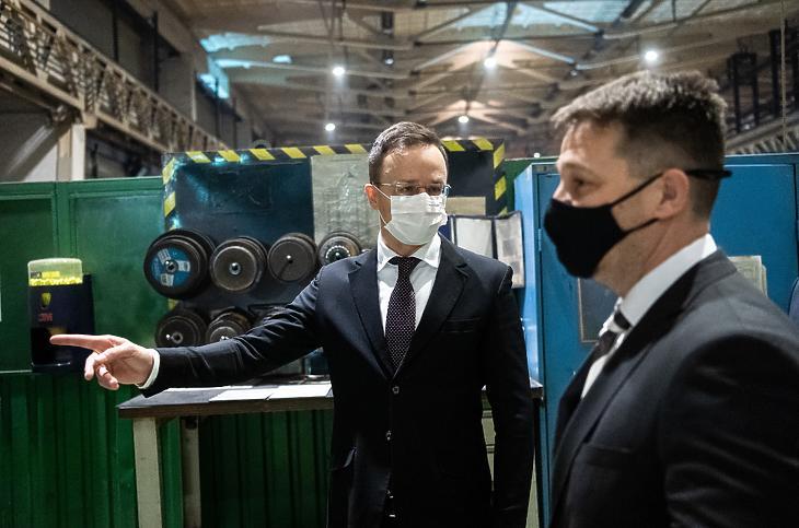 Szijjártó Péter Goszták Árpád ügyvezető igazgató társaságában a Siemens Energy Kft.-vel kötött stratégiai együttműködési megállapodás aláírása után (Fotó: MTI/Király Márton)