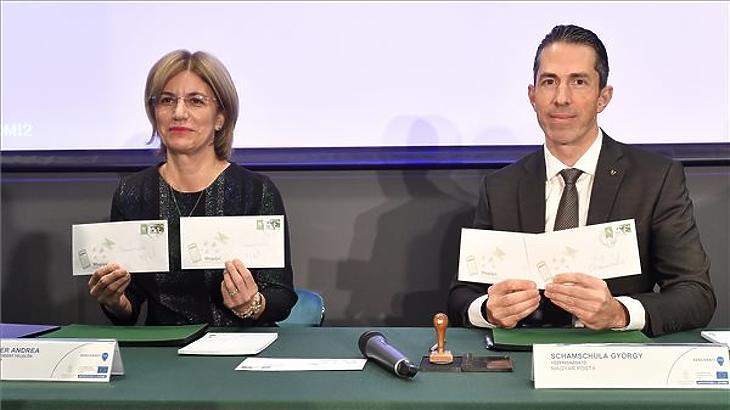 Mager Andrea és Schamschula György, a Magyar Posta Zrt. vezérigazgatója a Megújul a postai levélkézbesítés elnevezésű bélyeg forgalomba bocsátásán a fővárosi La Vida Duna Rendezvényházban 2019. december 9-én. (MTI/Máthé Zoltán)
