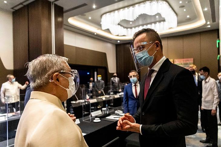 Teodoro Locsin (b), a Fülöp-szigetek külügyminisztere és Szijjártó Péter (j) találkozása Manilában. (Forrás: Szijjártó Péter Facebook-oldala)
