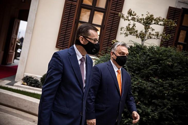 Maradnak a vétónál: Orbán Viktor és Mateusz Morawiecki a Karmelita kolostorban 2020. november 26-án. MTI/Miniszterelnöki Sajtóiroda/Fischer Zoltán