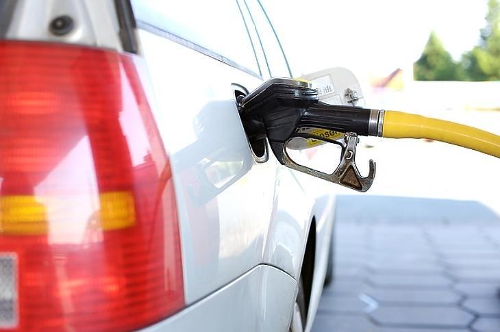 Több mint fél éve nem lett ennyivel olcsóbb a benzin. Fotó: MTI