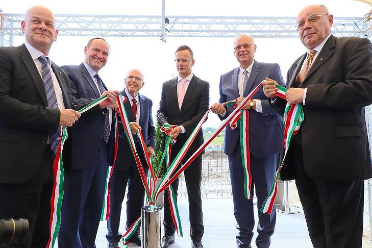 Szijjártó Péter külügyminiszter jobbján Helmut List, az AVL tulajdonos-vezérigazgatója