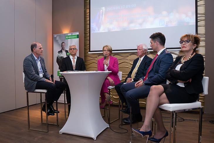 Csabai Károly  (moderátor), Jelasity Radován (Erste), Búza Éva (Garantiqa), Aladics Sándor (OTP), Balog Ádám (MKB), Hegedűs Éva (Gránit Bank)