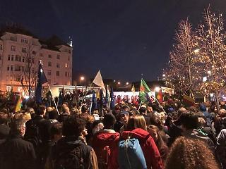 Miközben Orbán a törököket dicsérte, már a Széll Kálmán téren is tüntetnek Erdogan ellen
