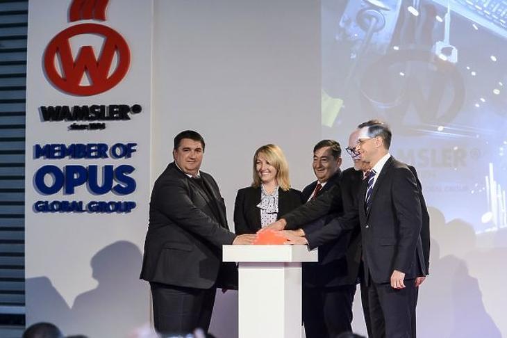 Becsó Zsolt fideszes országgyűlési képviselő, Mészáros Beatrix, a tulajdonos Opus Global Nyrt. igazgatótanácsának elnöke, Mészáros Lőrinc, az Opus Global Nyrt. többségi tulajdonosa, Finta Ferenc, a Wamsler SE vezérigazgatója és Varga Mihály pénzügyminiszter (b-j) a tűzhelyeket és kandallókat gyártó salgótarjáni cég új üzemcsarnokának avatásán október 3-án. (MTI/Komka Péter)