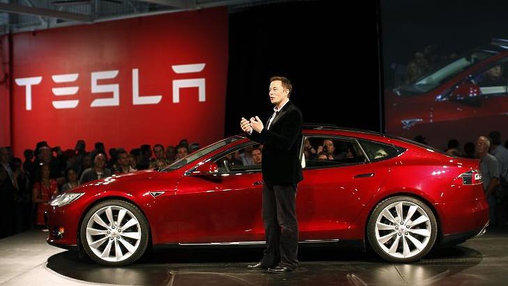 Elon Musk egy Teslával. Illusztráció.
