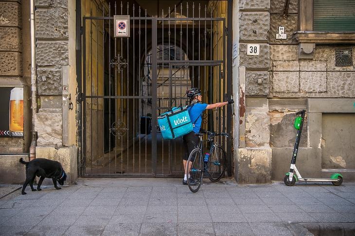 Rendelt ételt szállít házhoz egy futár egy budapesti gyorsétteremből. Augusztustól ez is drágább mulatság lesz. MTI/Balogh Zoltán