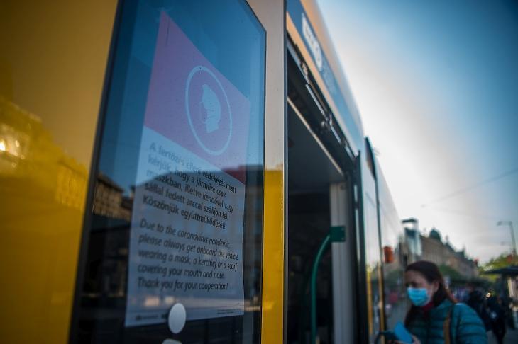 A kötelező maszkviselésről tájékoztató felhívás egy villamos ablakában. MTI/Balogh Zoltán
