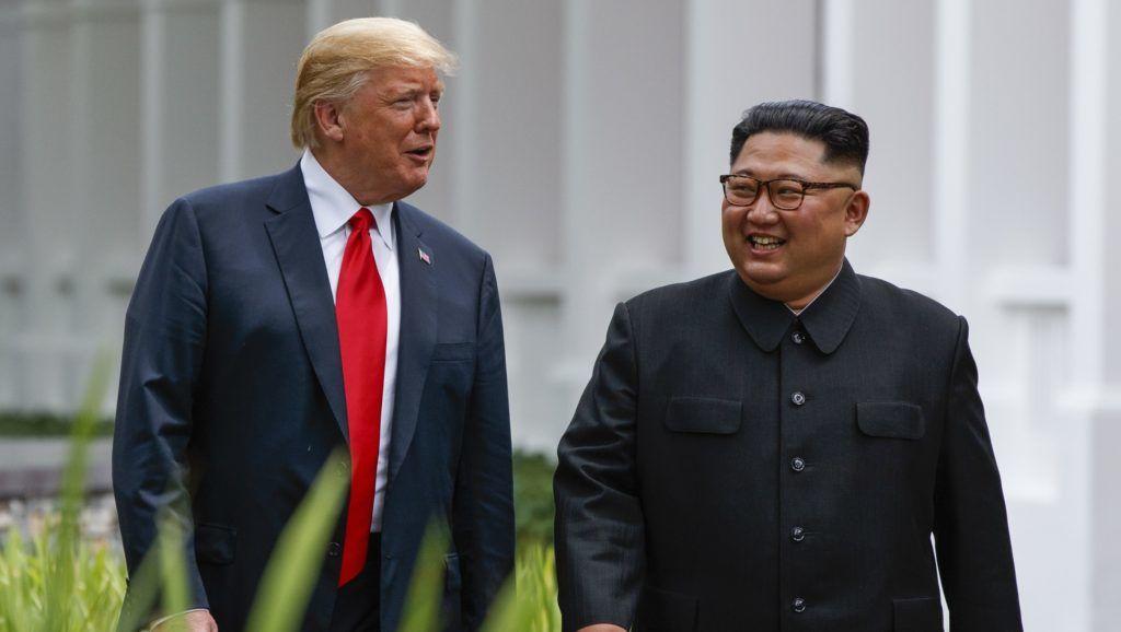 Itt még mindenki vidám: Donald Trump és Kim Dzsong Un az USA-Észak-Korea csúcson, 2018. június 12-én. (fotó: MTI)