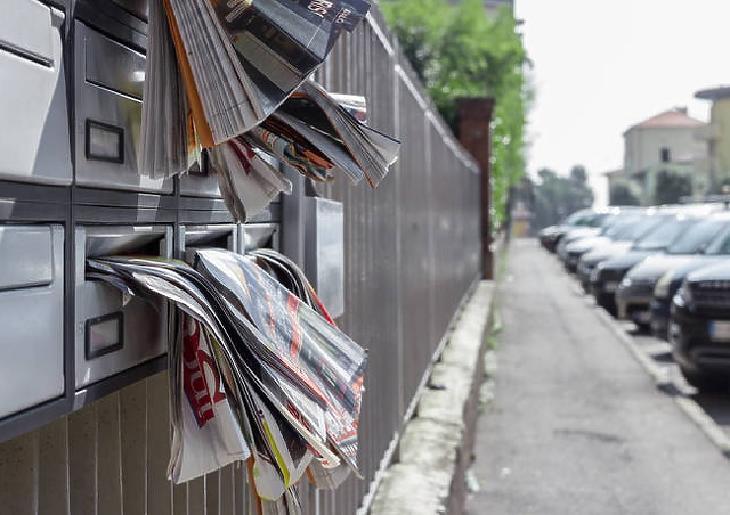 Jellemző kép: szóróanyagoktól duzzadó postaládák