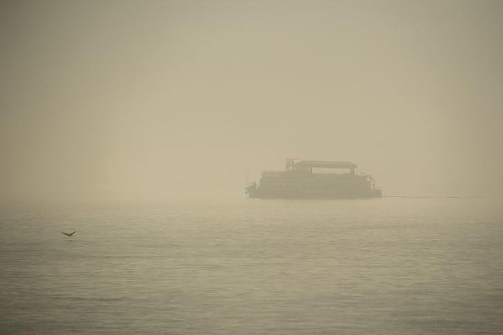 Hajó a Dunán a ködös időben (Fotó: MTI/Balogh Zoltán)
