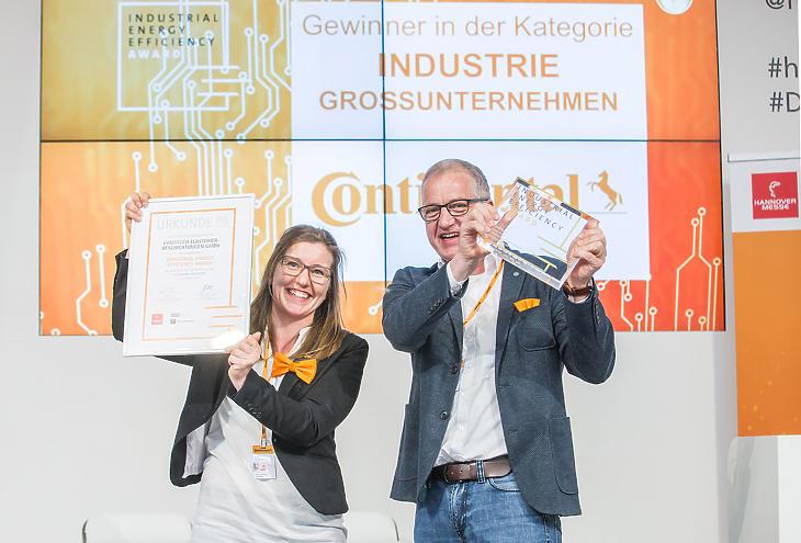 Anne Ochsendorf és Stefan Füllgraf a Continental képviseletében átveszi a díjat. (Forrás: Continental)