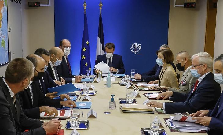 Emmanuel Macron francia elnök  részt vesz a francia nemzetbiztonsági, illetve védelmi tanács rendkívüli ülésén a párizsi Élyseé-palotában 2021. július 22-én. A francia államfő telefont és telefonszámot cserél, miután a párizsi székhelyű Forbidden Stories nevű újságírócsoport által összehangolt nyomozás szerint különböző országok kormányai az NSO Group nevű izraeli kibercég a Pegasus nevű kémprogrammjával újságírók, aktivisták és kormánytisztviselők telefonjait próbálták meg feltörni, vagy törték fel sikeresen megfigyelés céljából. MTI/AP/AFP pool/Ludovic Marin