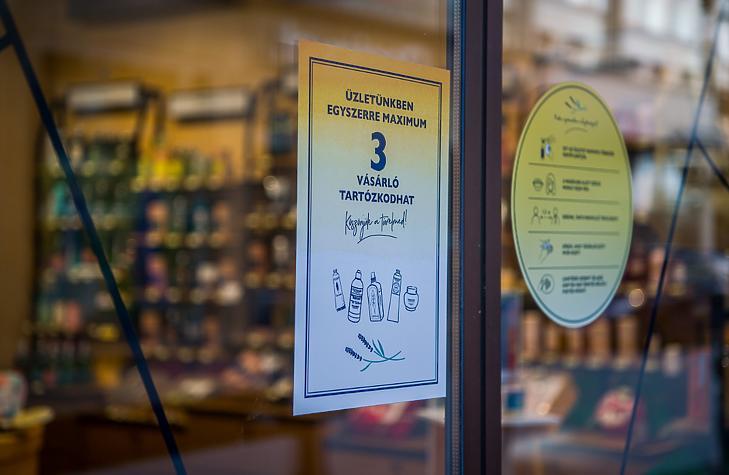 Szépségápolási cikkeket árusító üzlet bejárata Budapesten, a Váci utcában 2021. április 7-én. (Fotó: MTI/Balogh Zoltán)