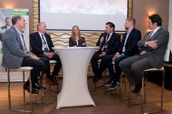 Balról jobbra: Csabai Károly (moderátor, Mfor-Privátbankár), Katona Zsolt, Szeles Nóra, Paulovits Márton, Kaprinay Zoltán, Túri Péter. Fotó: Kerényi Judit