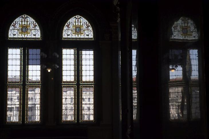 Ólomablakok az Országház Kossuth Lajos tér felőli folyosóján (MTI Fotó: Illyés Tibor)