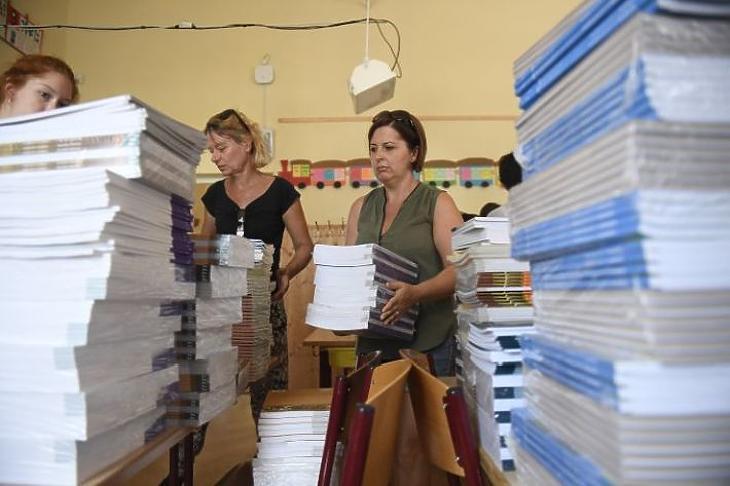 Pedagógusok válogatják a tankönyveket a XVI. kerületi Kölcsey Ferenc Általános Iskolában (Fotó: MTI Fotó: Kovács Tamás)