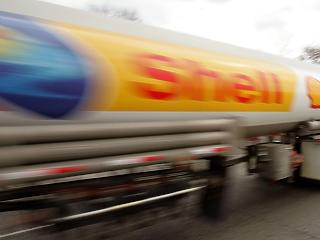 Óriási fordulat az olajiparban: a befektetők nyomására elkezdi komolyan venni a klímaváltozást a Shell
