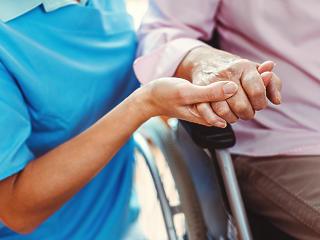 Idősek otthona: kijárási tilalom-e a látogatási tilalom?