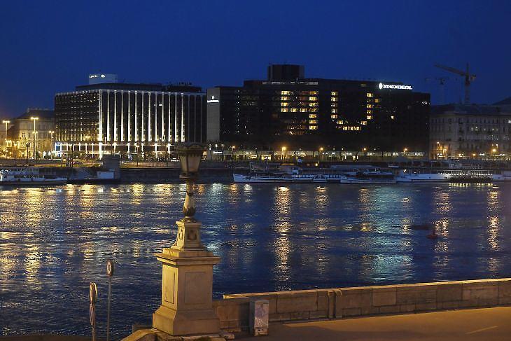 A koronavírus-járvány miatt üres budapesti Intercontinental szálloda dolgozói a szobákban úgy kapcsoltak világosságot 2020. március 30-án, hogy az a 4U!, vagyis a For You! (Érted!, Értetek!) üzenetet jelenítse meg. MTI/Koszticsák Szilárd