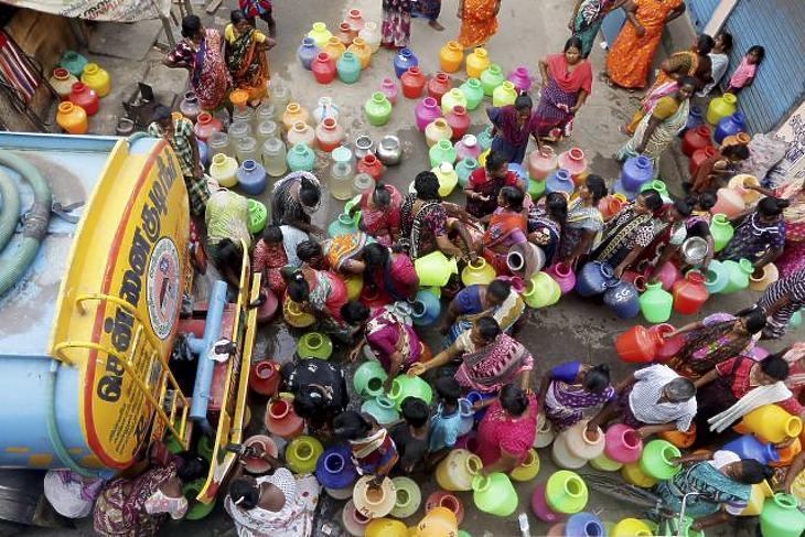 Műanyagkannákkal állnak sorba ivóvízért az emberek az indiai Csennajban, amelyet az aszályos időjárás miatt vízhiány sújt 2019. június 18-án. (Fotó: MTI/AP/R.Parthibhan)