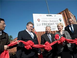 Bepöfögött az első tehervonat Kínából Budapestre