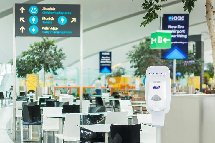 Kézfertőtlenítő az éttermeknél Ferihegyen (forrás: Budapest Airport)
