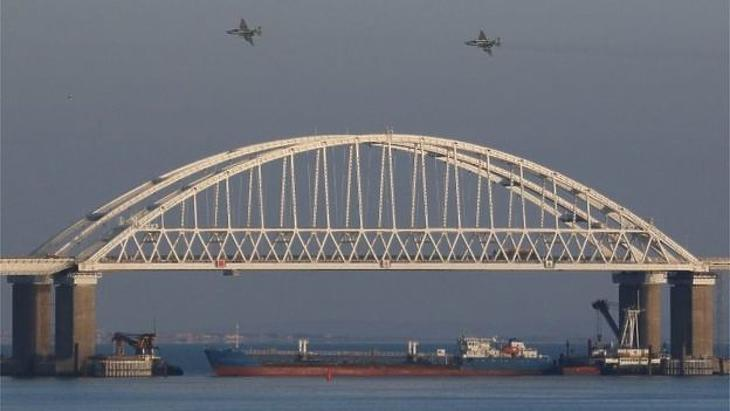 Egy teherhajó blokkolja a közlekedést az Azovi-tenger irányába. (Forrás: BBC)