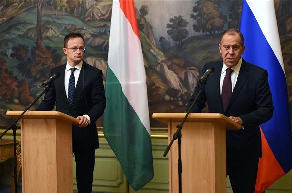 Szijjártó Péter és Szergej Lavrov nyilatkozik megbeszélésüket követően Moszkvában, 2018. október 3-án. (MTI Fotó: KKM / Mitko Stoichev)