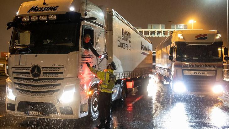 Brit oldalon rekedt kamionok. Fotó: BBC