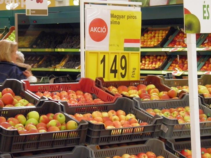 A Privátbankár.hu erősen archív felvétele: idén 4-5-ször annyiba kerül az alma a hipermarketekben, mint a 2015-ben készült fotón.