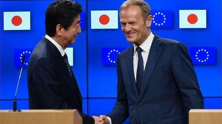 Abe Sindzó és Donald Tusk a szabadkereskedelmi egyezmény megkötésekor, a 2017. júliusi csúcstalálkozón, Brüsszelben. (AFP)