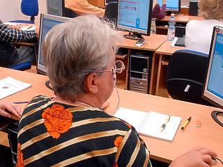 5 ezer számítógépet ad a kormány az időseknek