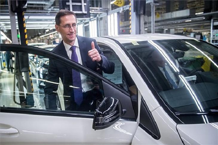 Varga Mihály pénzügyminiszter a kecskeméti Mercedes-gyárban, egy korábbi felvételen. (Fotó: MTI)