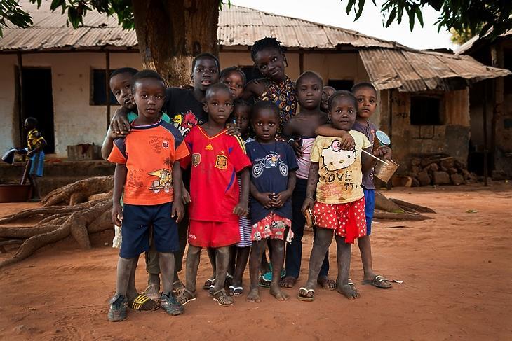 Gyerekek egy ház előtt az afrikai Nhacra városában Bissau-Guineában, 2018. január 28-án. (Forrás: Depositphotos/Tiago Fernandez)