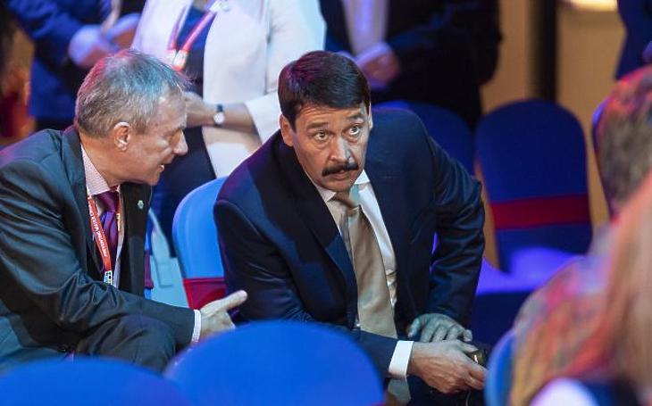 Áder János köztársasági elnök és Kőrösi Csaba, a Köztársasági Elnöki Hivatal (KEH) Környezeti Fenntarthatósági igazgatóságának vezetője a Budapesti Víz Világtalálkozón 2019. október 16-án. (Fotó: MTI/Szigetváry Zsolt)