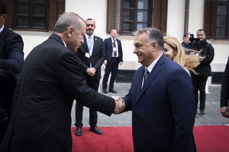 Orbán Viktor és Recep Tayyip Erdogan a Karmelita kolostor előtt.  (MTI/Miniszterelnöki Sajtóiroda/Fischer Zoltán)