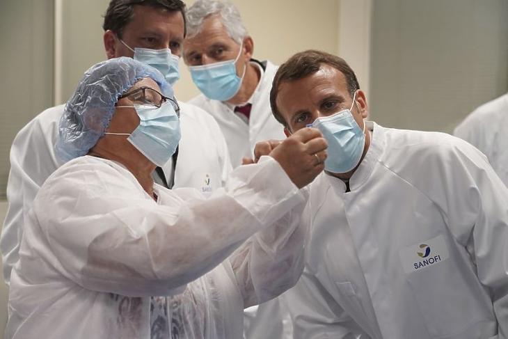 Emmanuel Macron francia elnök (j) látogatást tesz a koronavírus elleni oltóanyag-tesztelést folytató, francia alapítású Sanofi gyógyszeripari csoport laboratóriumában (Fotó: MTI/EPA/Pool/Gonzalo Fuentes)