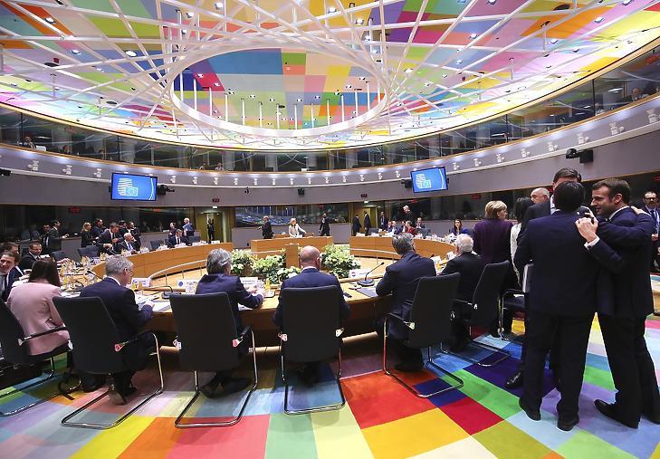 Emmanuel Macron és Giuseppe Conte beszélget az EU-tagországok állam- és kormányfőinek rendkívüli találkozója előtt Brüsszelben, 2020. február 20-án. (MTI/AP/Olivier Matthys)