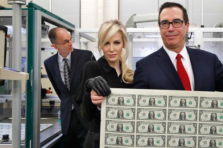 Steve Mnuchin amerikai pénzügyminiszter és felesége új dollárokat mutat be
