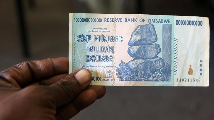 Az utolsókat rúgó régi zimdollár egy százbilliós bankjegye. A zimbabwei nemzeti valutát a 2009-es gazdasági összeomlás után kivezették. (Fotó: Reuters)