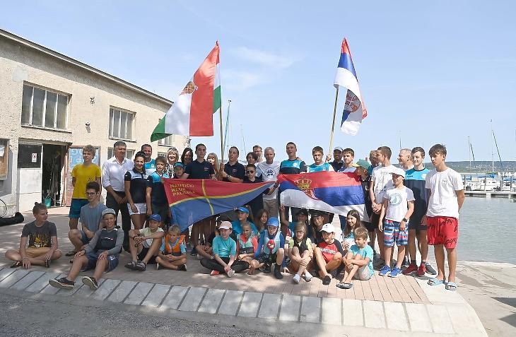 Szerb és délvidéki magyar fiatalok a Velencei-tavi Vízi Sportiskolában Gárdonyban 2021. július 27-én. Nem féltik már a programoktól a gyerkeket a szülők. Fotó: MTI/Bruzák Noémi