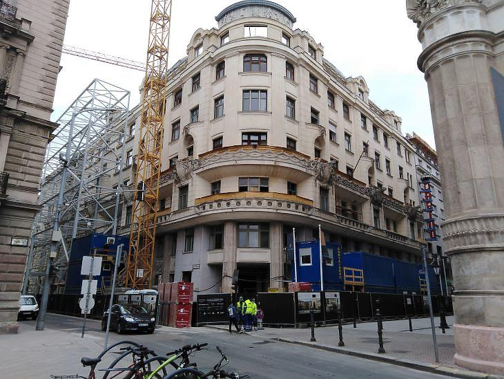 A belváros szívében épül a NER egyik legújabb hotelje egy nagy tömb átalakításával (fotó: Mester Nándor)