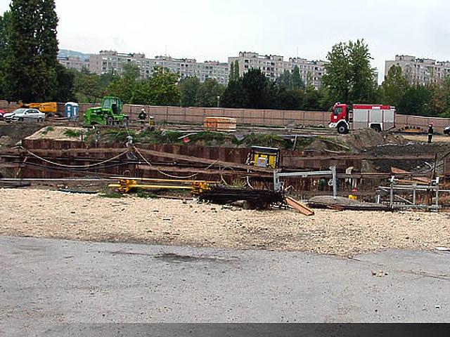 Beomlott a metrógödör a Tétényi útnál
